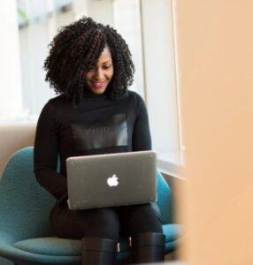 Frau vergleicht Strompreise am Laptop